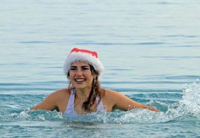 """Türkiye Aşığı Rus Turisti Rita Turapina, Denizde """"Noel Kız"""" Oldu"""